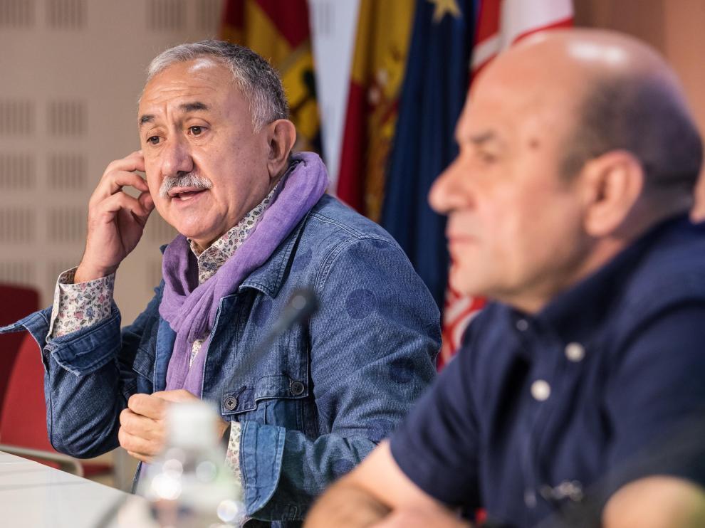 Pepe Álvarez, secretario general de UGT, este lunes con el líder del sindicato en Aragón.