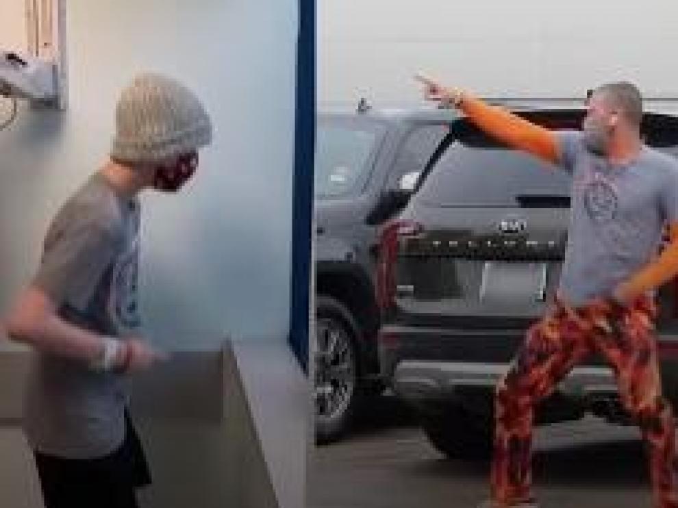 Chuck Yielding baila para su hijo, que le observa desde el hospital a través de la ventana.