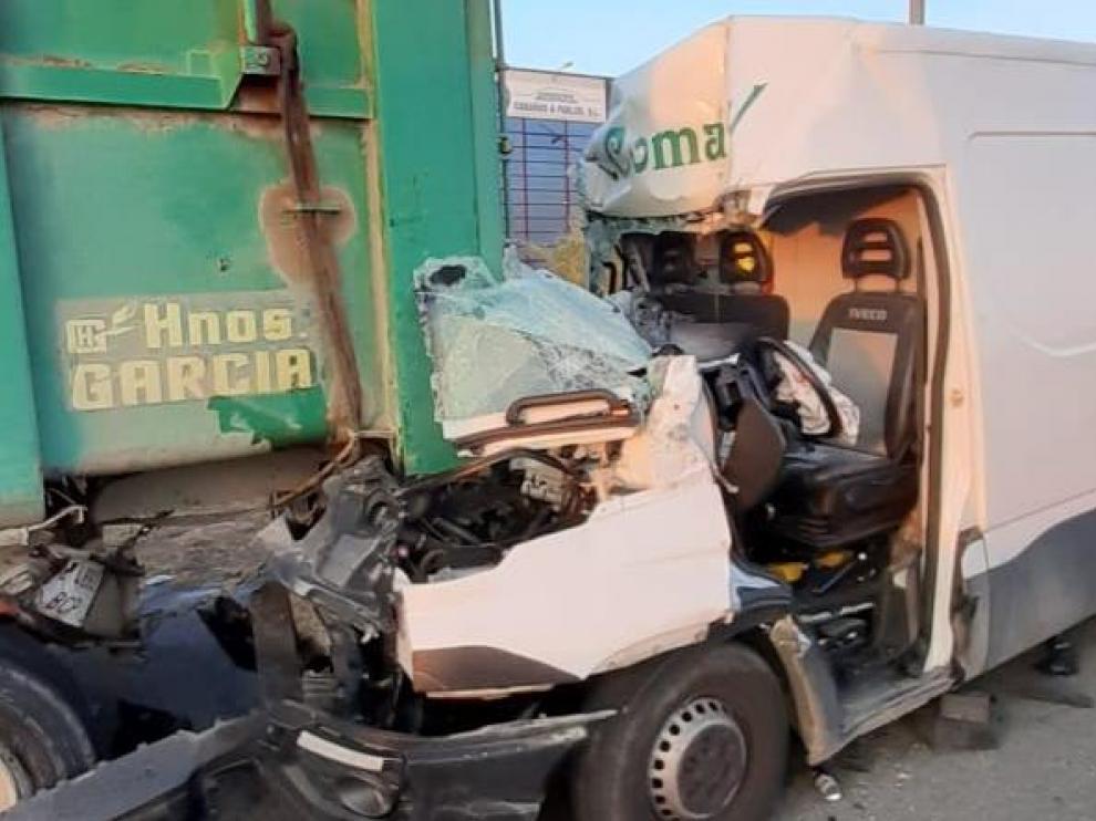 La furgoneta ha quedado prácticamente destrozada.