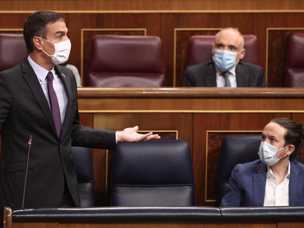 Pedro Sánchez y Pablo Iglesias durante la sesión de control al Gobierno