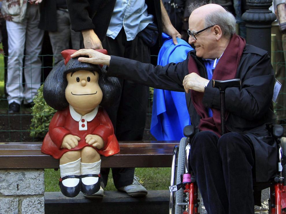 Quino posando junto a una figura de Mafalda en Buenos Aires