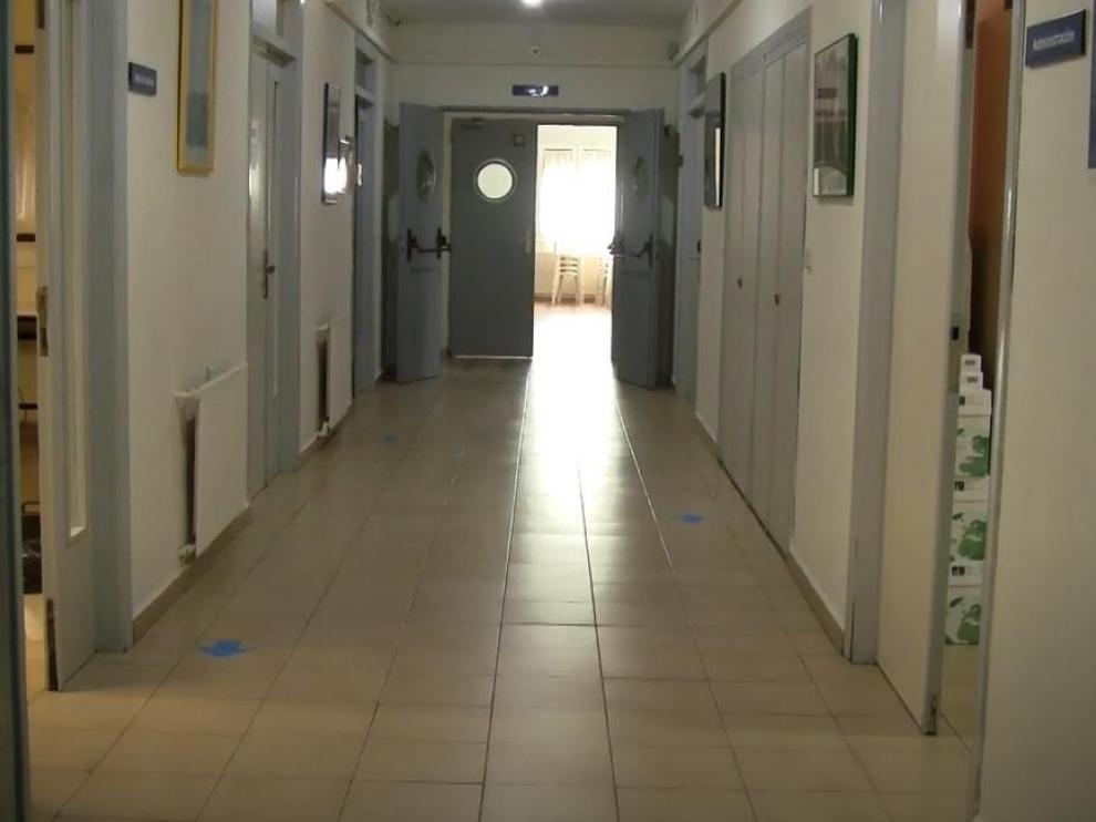 Señalización en los pasillos del colegio mayor Ramón Acín para garantizar las distancias de seguridad.