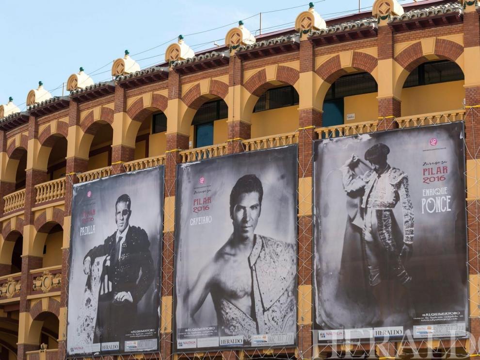 2016. Carteles anunciadores de la Feria de Zaragoza en la Plaza de toros de La Misericordia.