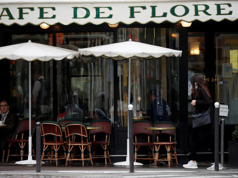Un camarero con mascarilla en la terraza del Cafe de Flore en Paris, el pasado lunes.