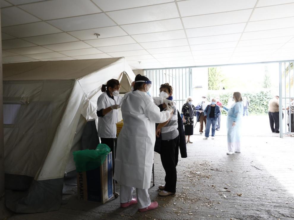 Primer día de vacunación en la carpa instalada en el centro de salud Torre Ramona de Zaragoza.