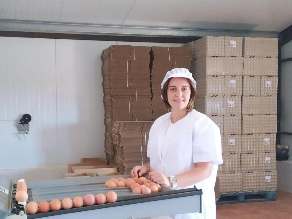 Isabel Ferrández, en la zona de envasado, situada junto a la granja donde viven las gallinas.