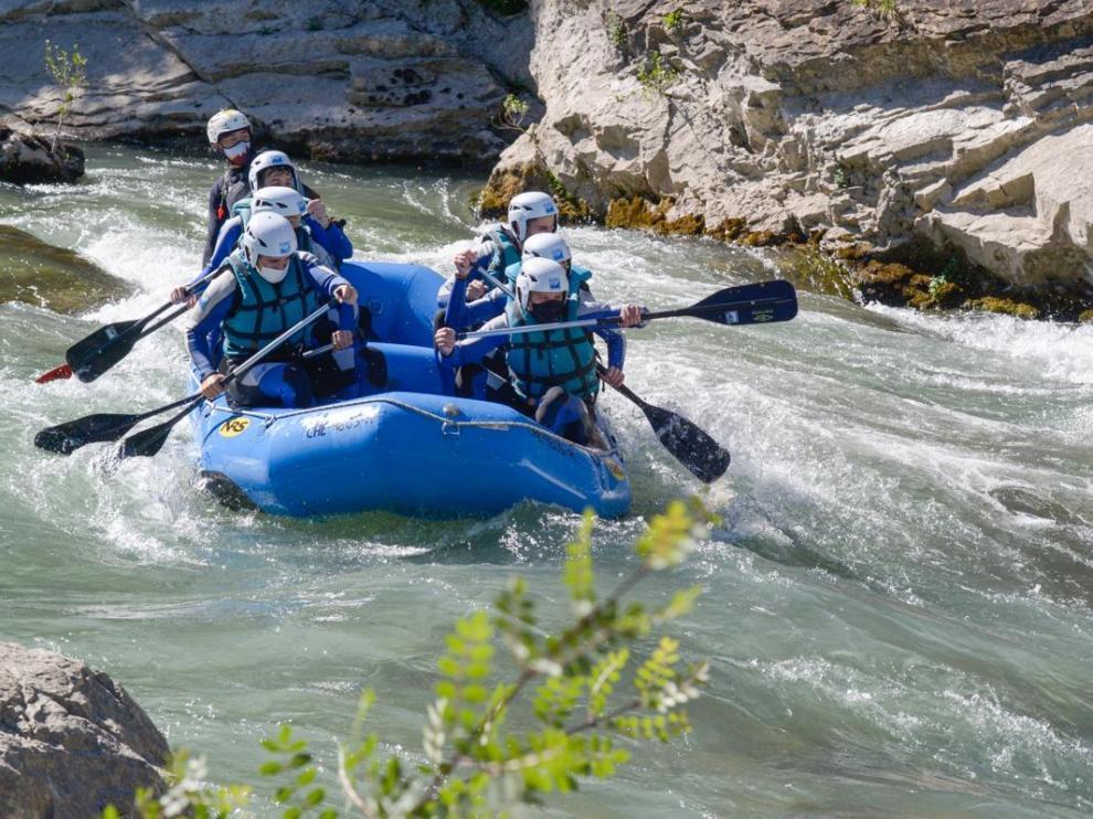 Un grupo de clientes haciendo una bajada de rafting este verano por el Gállego con mascarillas.