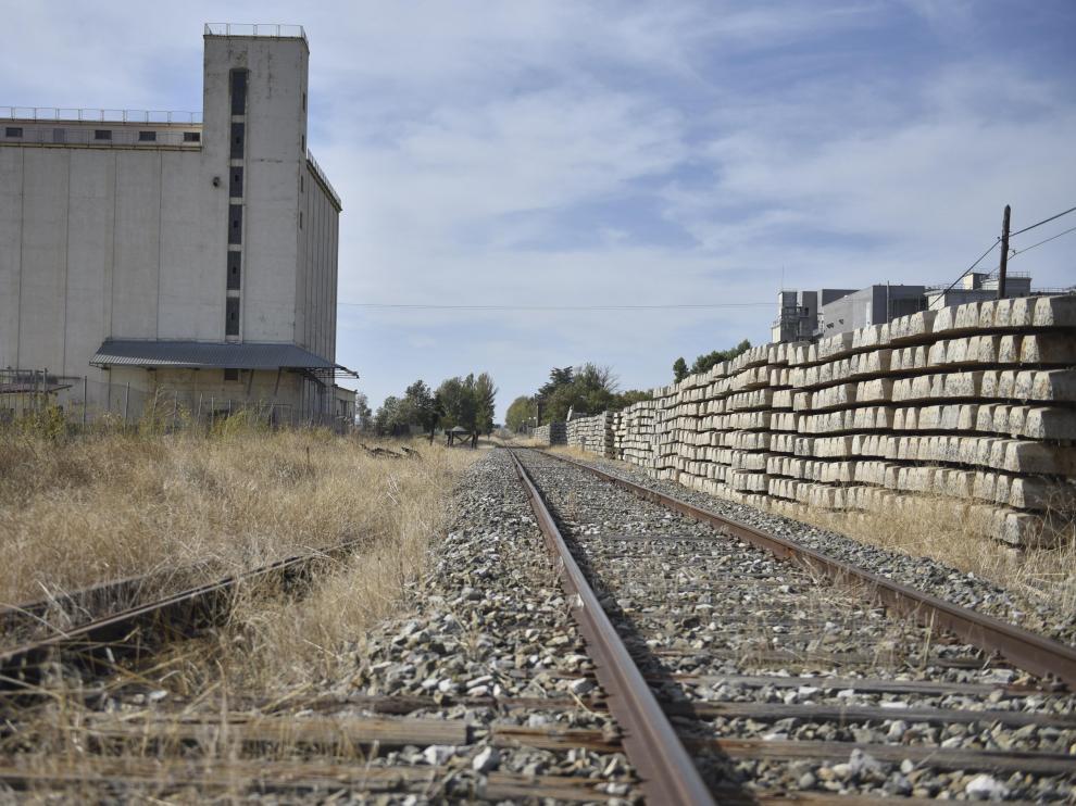 Traviesas de hormigón amontonadas en las inmediaciones de la estación de Plasencia del Monte desde hace más de un año.