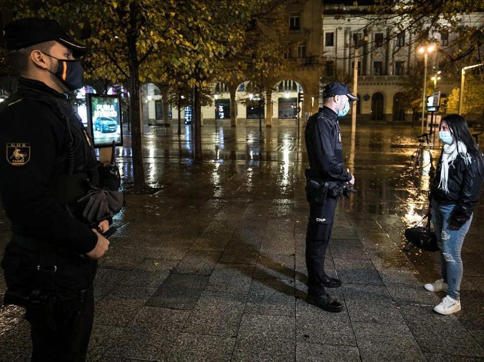 Control policial en el centro de Zaragoza en la primera noche del toque de queda.