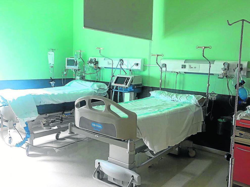 Dos de las camas uci que se han habilitado como refuerzo en la planta de Cirugía del Hospital Nuestra Señora de Gracia de Zaragoza.