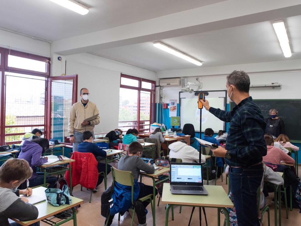 Medición de los niveles de CO2 en un aula del colegio Basilio Paraíso de Zaragoza para comprobar si está bien ventilada.