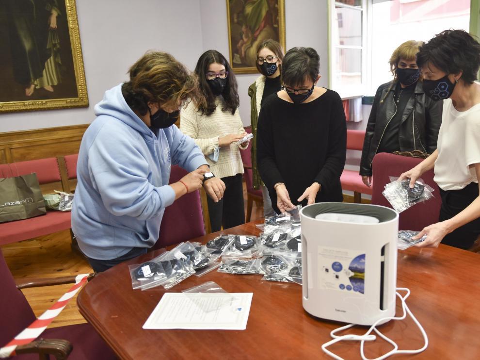 Momento de la entrega de las mascarillas y de purificadores por parte de la Amypa al IES Ramón y Cajal de Huesca.