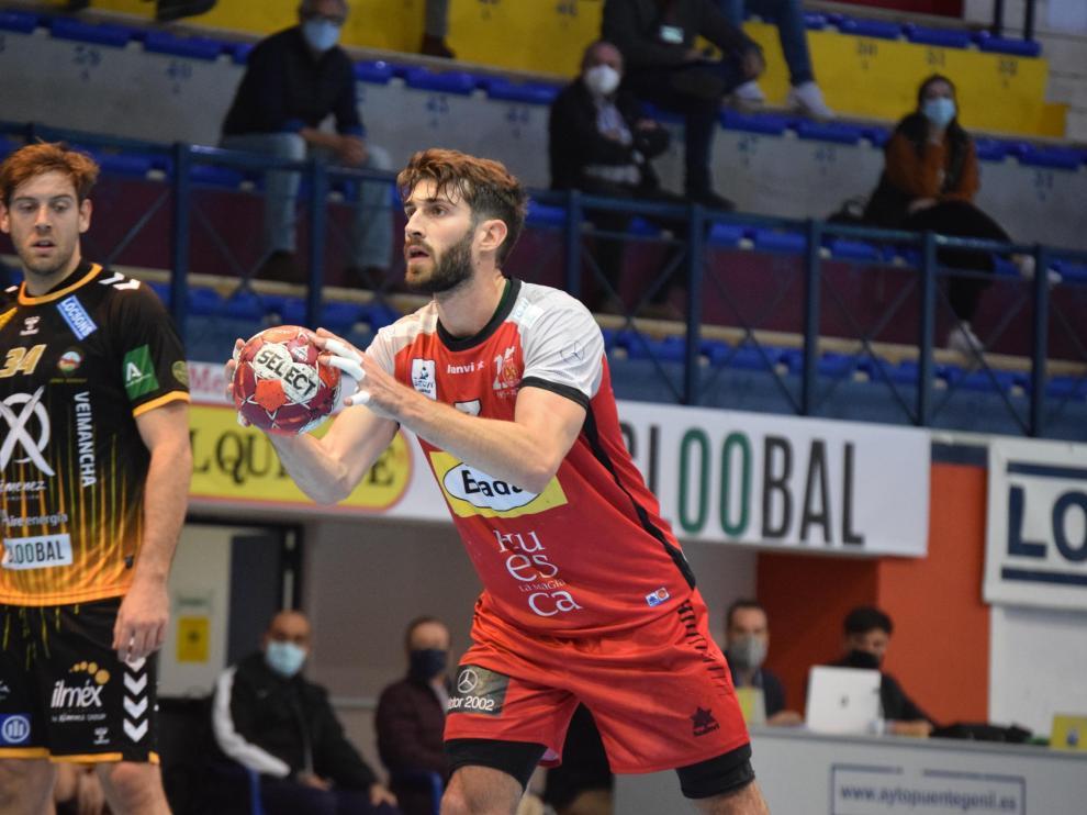 Gerard Carmona ensaya un siete metros en el partido de Puente Genil.