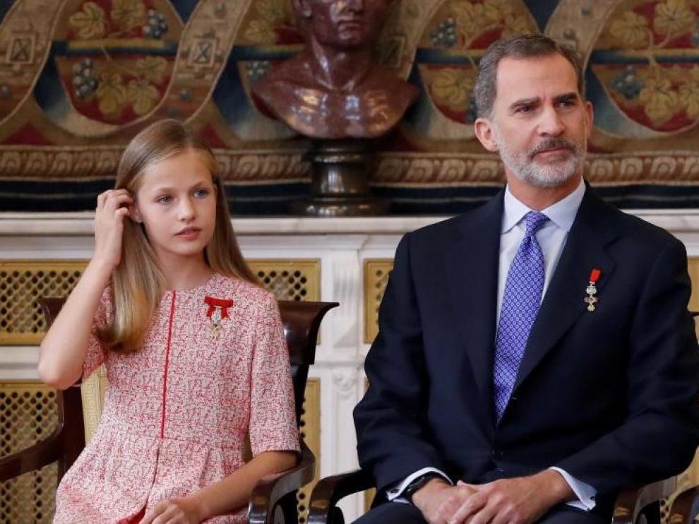 Leonor aún no se ha estrenado en un acto en solitario. En este aparece junto a su padre el año pasado en el quinto aniversario de su reinado