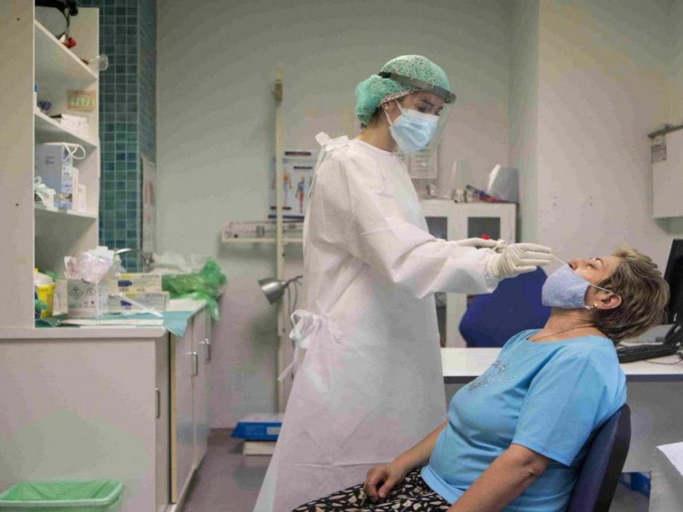 Gente realizándose la prueba PCR en el centro de salud San José de Zaragoza.