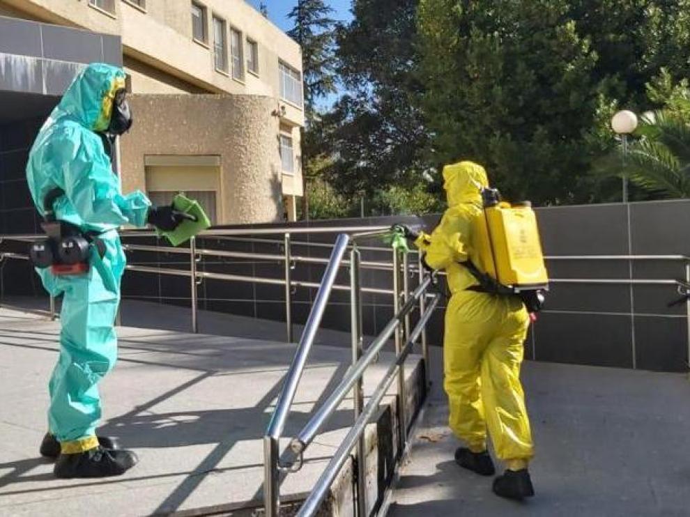 Trabajos de desinfección del Ejército del Aire en el exterior de la residencia del IASS de Borja, esta semana.