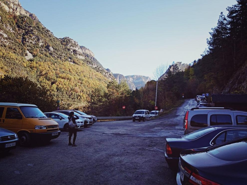 En épocas de gran afluencia como el verano, más de 100 vehículos estacionan mal en el acceso a San Úrbez por el cañón de Añisclo por la falta de un parquin.