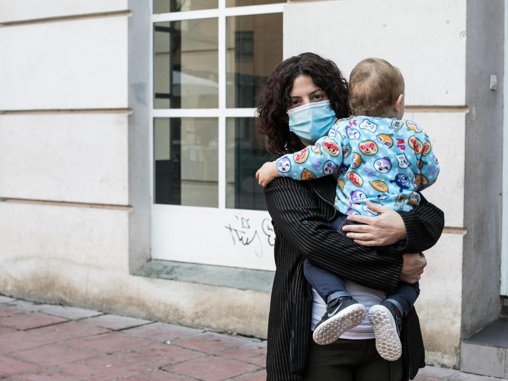 Cristina Vallés y su hijo, madre sola que reclama una prestación por maternidad más amplia.