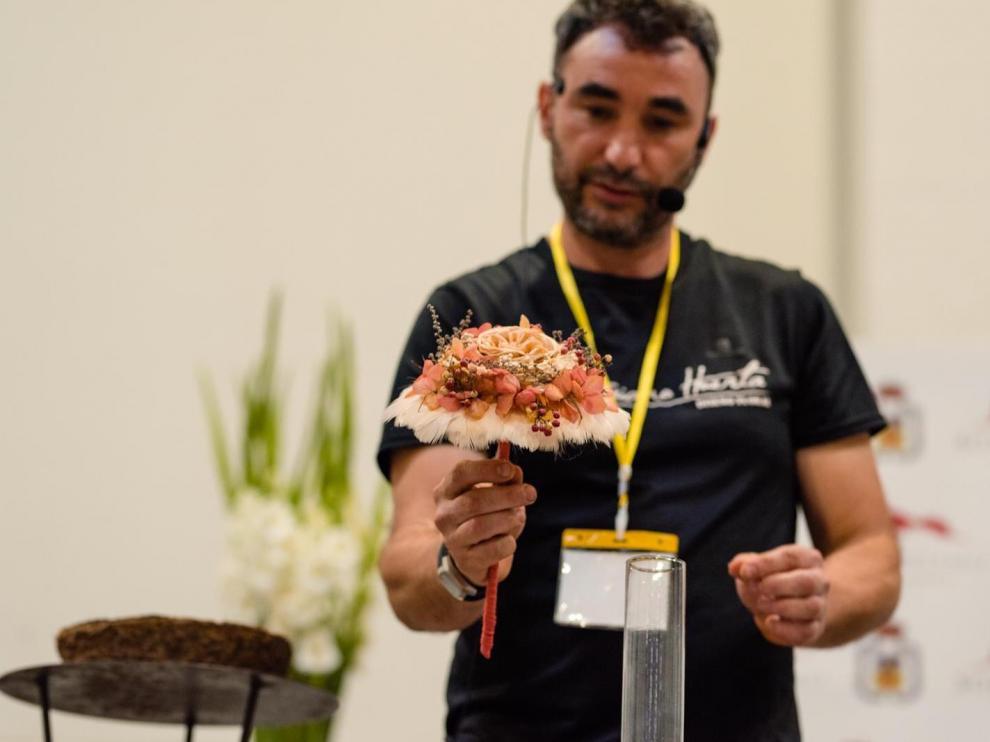 Mario Huerta, dueño de la floristería, participa en demostraciones de diseño floral como ésta, en Expoborja.