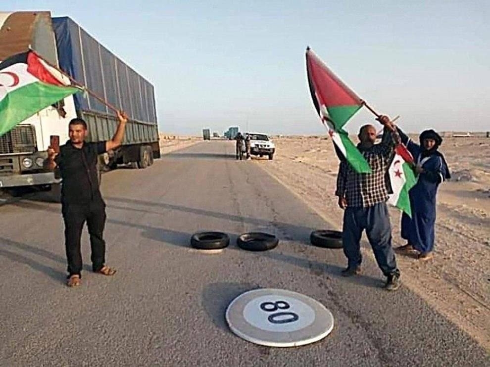 Saharauis en un acto de protesta en el paso fronterizo de Guerguerat.