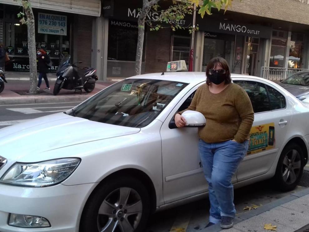 La taxista Leticia Ibáñez este martes en la parada de El Corte Inglés en Zaragoza.