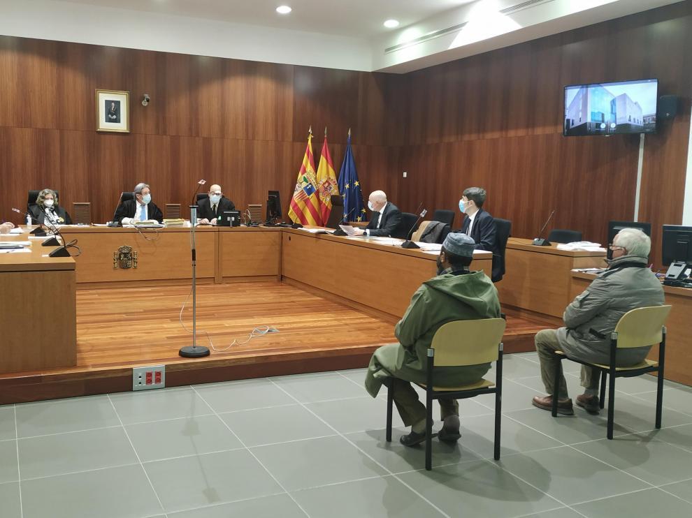 El empresario y el encargado de la finca, ayer, en el banquillo de los acusados de la Audiencia de Zaragoza.