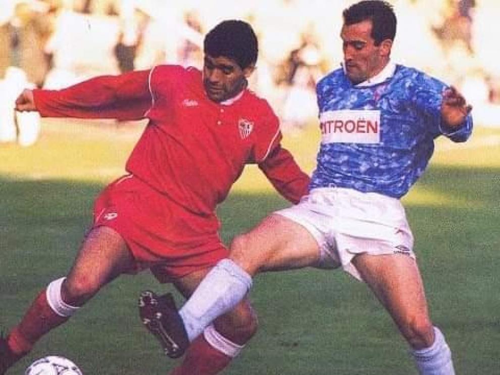 Salillas le disputa la pelota a Maradona, en un encuentro de 1992.