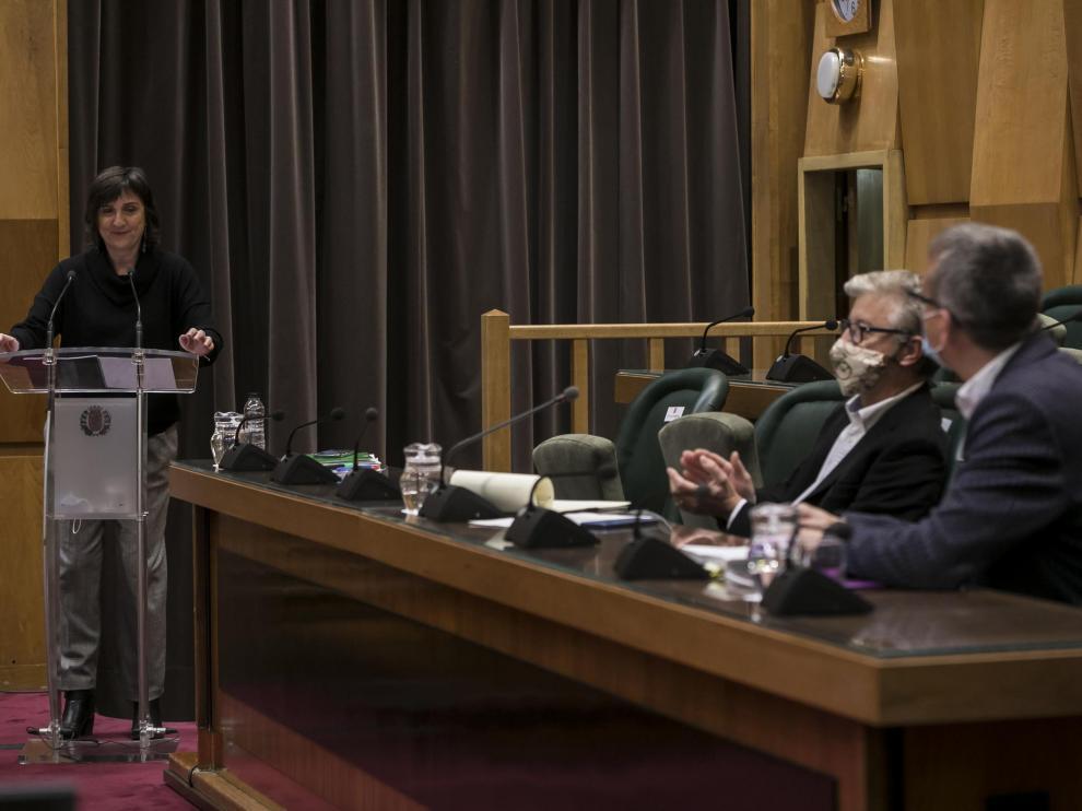 Lola Ranera, al inicio de su intervención. En primer plano, los portavoces de ZEC y Podemos, Pedro Santisteve y Fernando Rivarés.