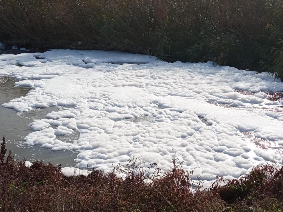 Vertido de espuma al Ebro desde la depuradora de La Cartuja