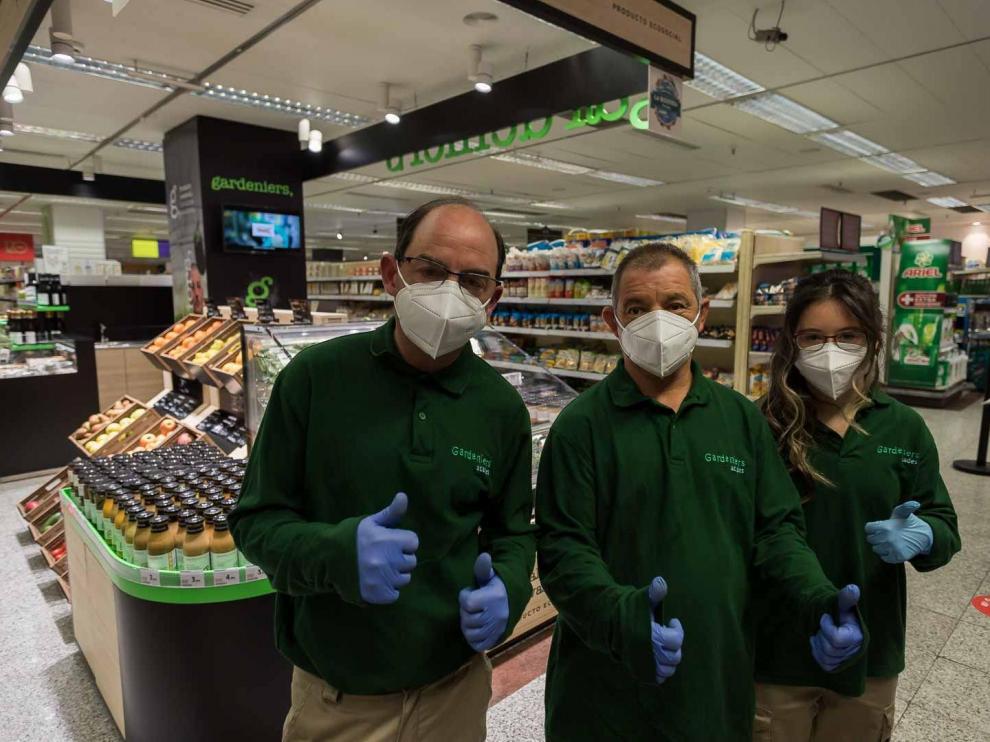 Irene Pérez, Luis Soroya y Mariano Torres son los tres empleados de Gardeniers que atienden el espacio del centro de empleo en Hipercor.