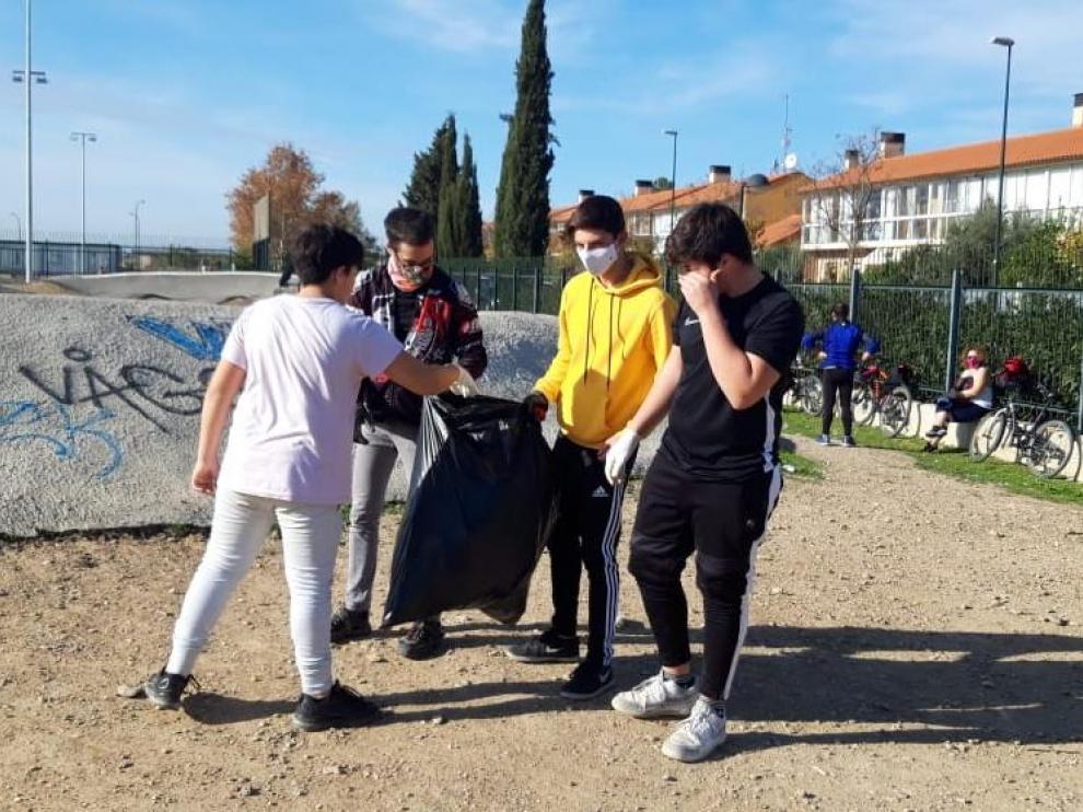Jóvenes participando en la recogida de basura del pump-track.