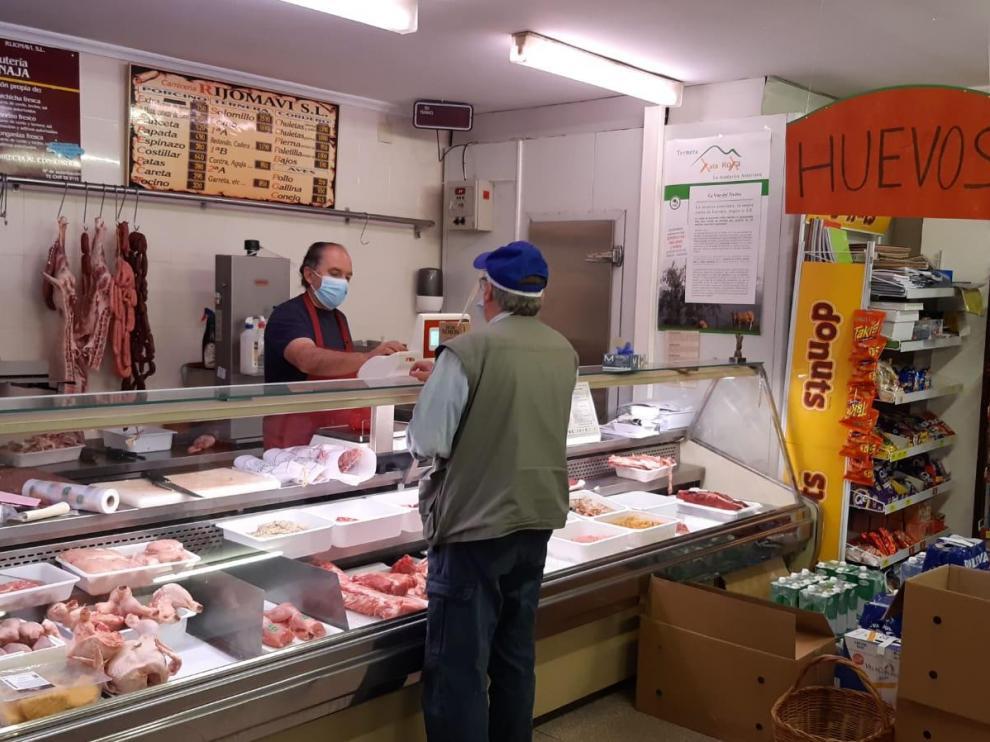 Manolo Saez, en el supermercado de Bronchales.