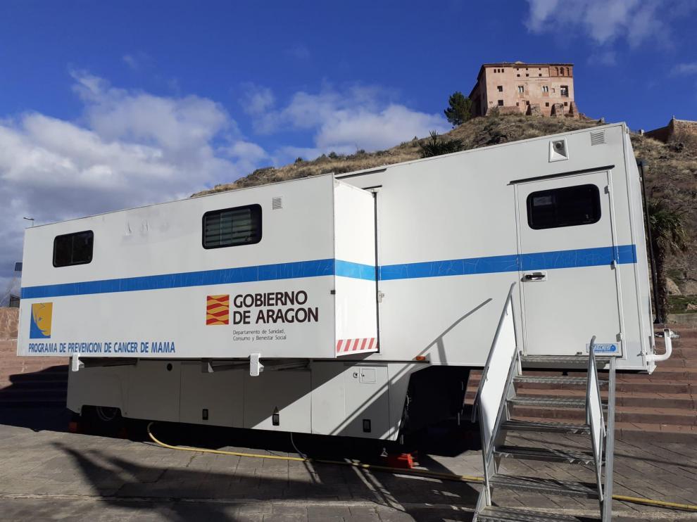 Unidad móvil instalada en Illueca para la detección del cáncer de mama.