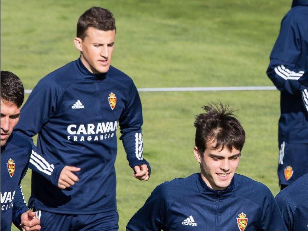 Nieto, tras Zapater, Francho y Francés, un grupeto de aragoneses en el entrenamiento del Real Zaragoza.