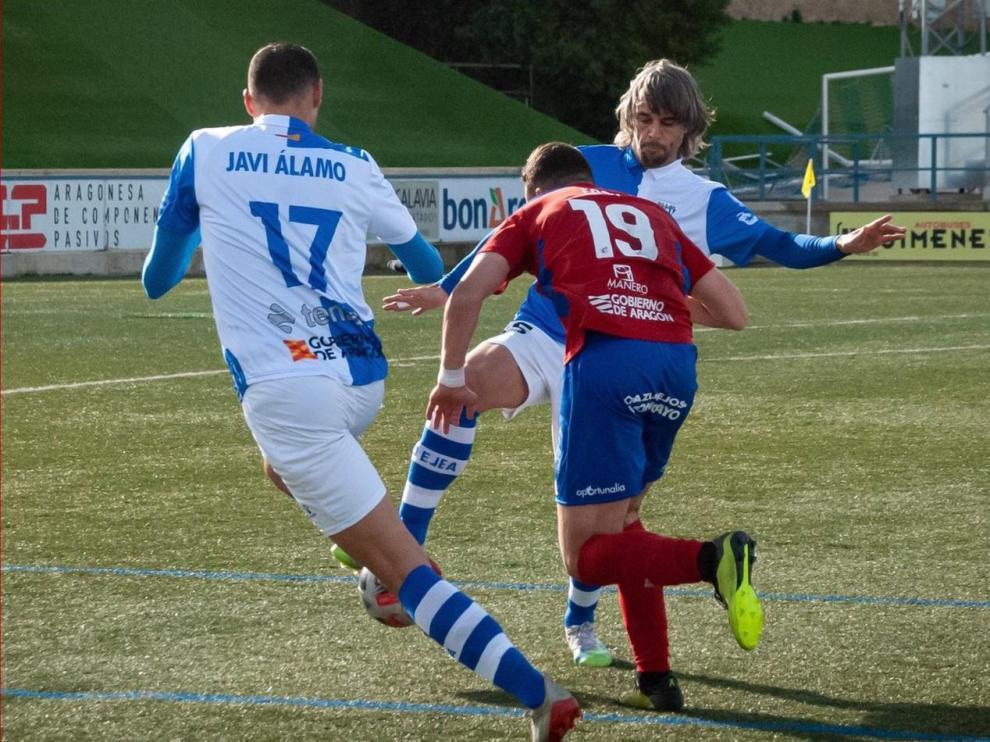 Lolo Guerrero y Javi Álamo tratan de detener una jugada de ataque de Casi.