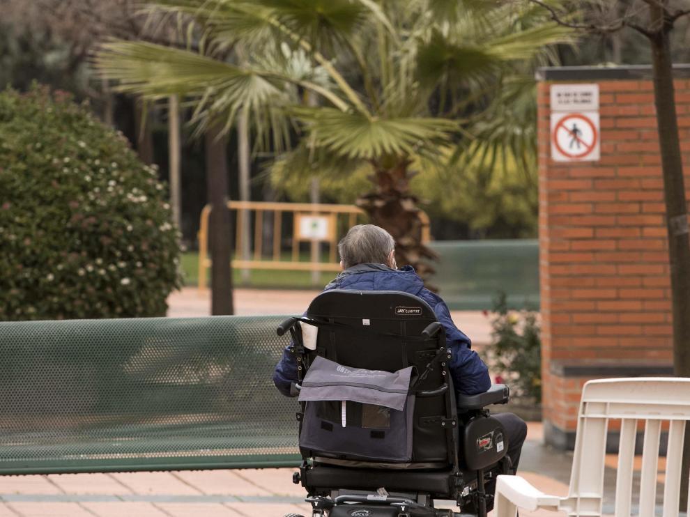 Un usuario pasea por los alrededores de una residencia de mayores de Zaragoza.