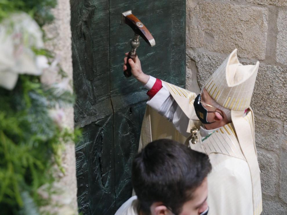 El arzobispo de Santiago Julián Barrio, abre la Puerta Santa de la catedral de Santiago para dar paso al Año Jubilar y al Xacobeo 21