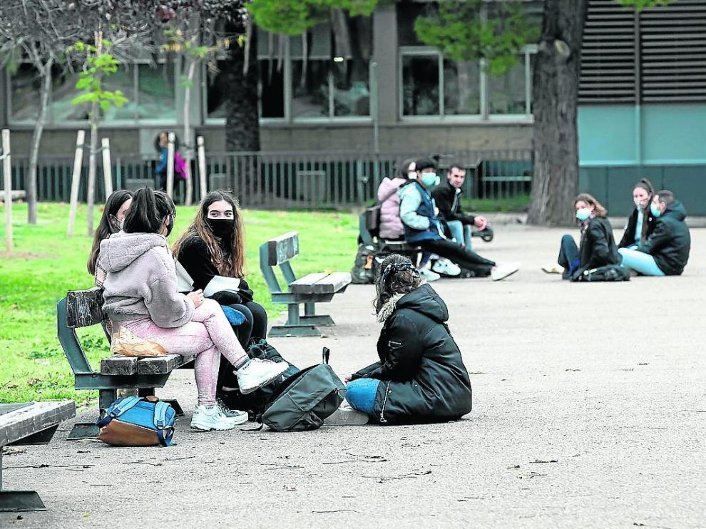 Alumnos en el campus San Francisco de la Universidad de Zaragoza.