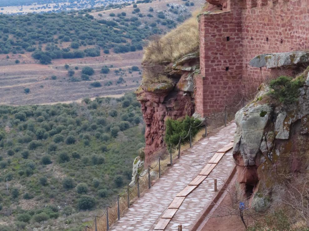 El castillo de Peracense se ha renovado y se han realizado excavaciones arqueológicas en el despoblado medieval junto a él.
