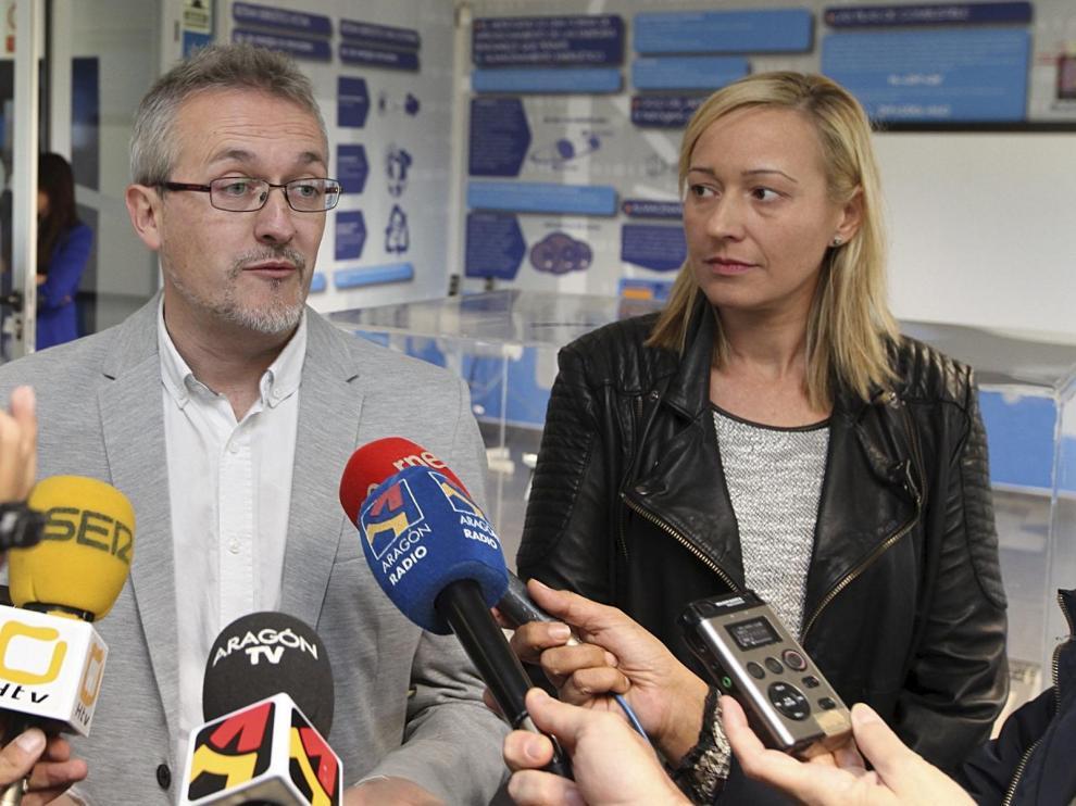 El alcalde de Jaca, junto a la consejera de Economía y presidenta de Aramón, Marta Gastón, en una foto de archivo.