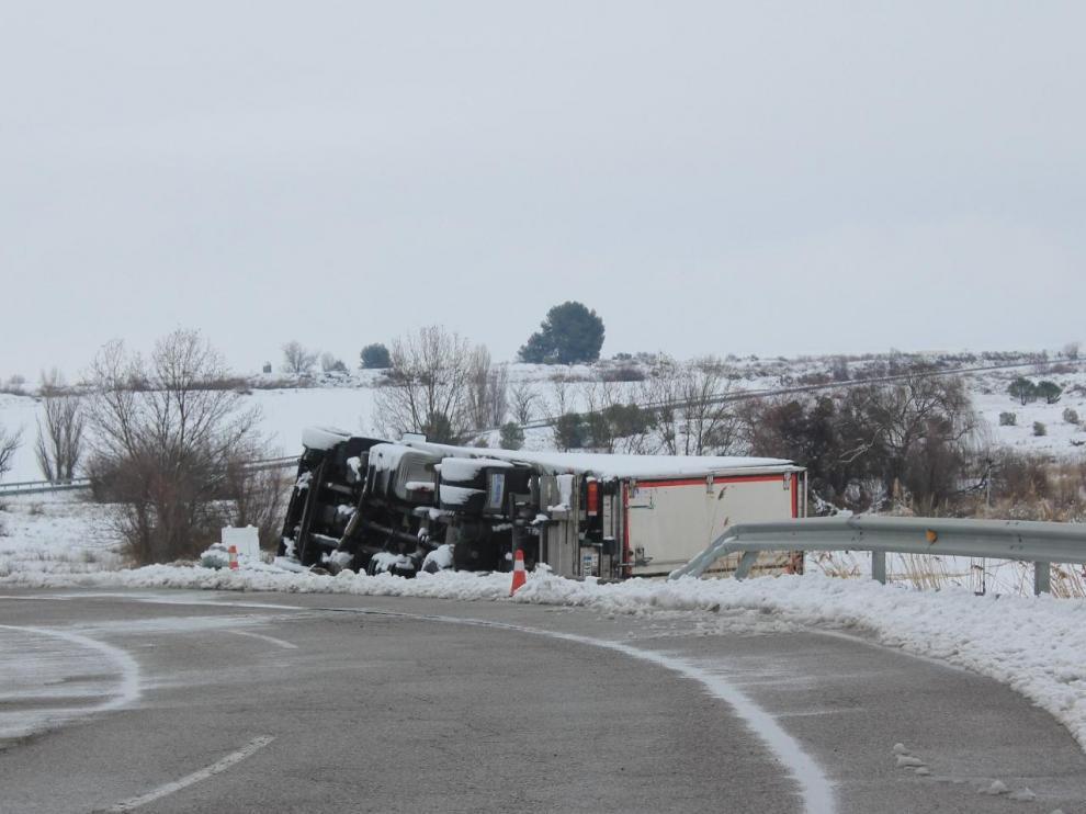 El camión saqueado tras el accidente en Sariñena.