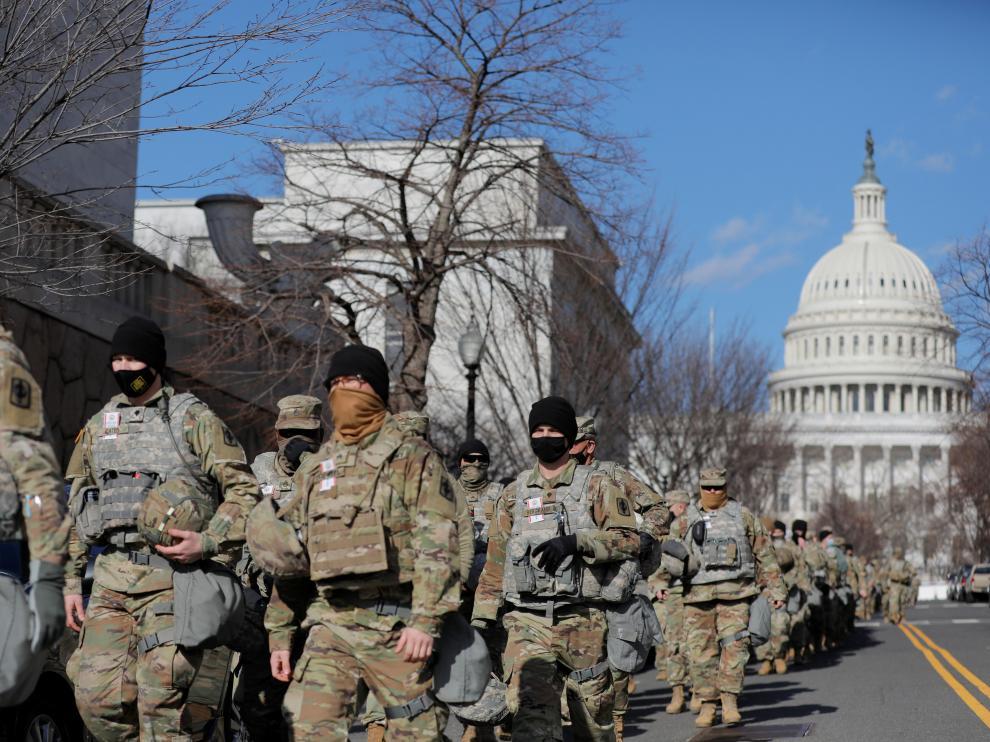 Miembros de la Guardia Nacional patrullan por los alrededores del Capitolio, en Washington.