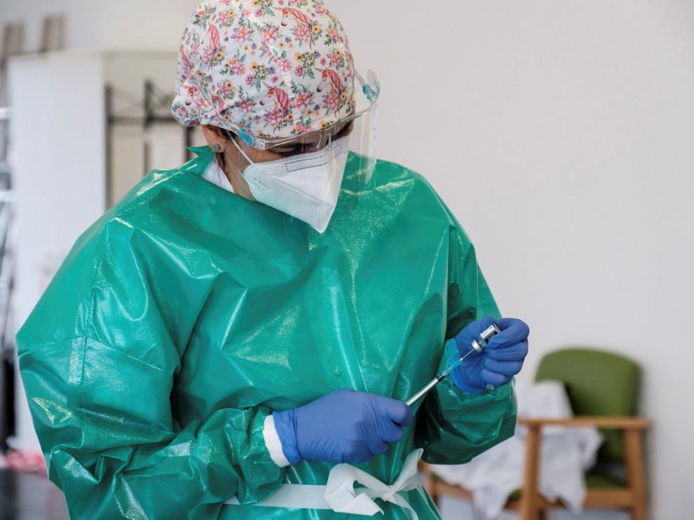 Preparación de la inyección de una dosis de la vacuna.