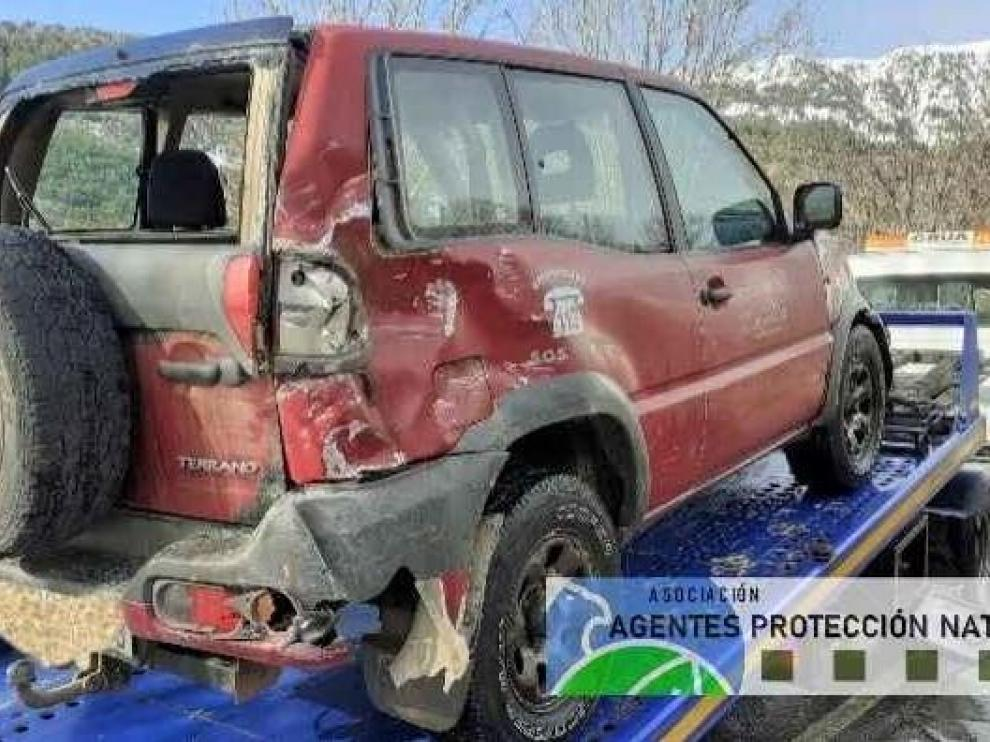 El vehículo ha patinado y chocado contra una pared de roca.