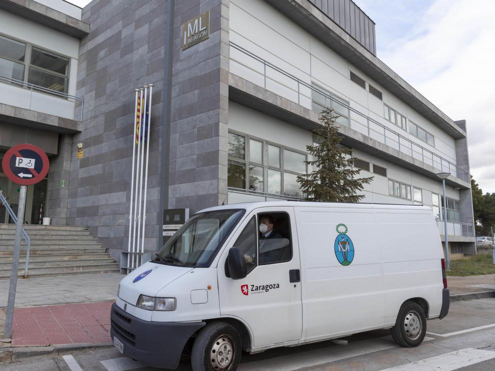 La furgoneta de la Hermandad de la Sangre de Cristo en el Instituto de Medicina Legal de Aragón, que empezó a funcionar en 2003.