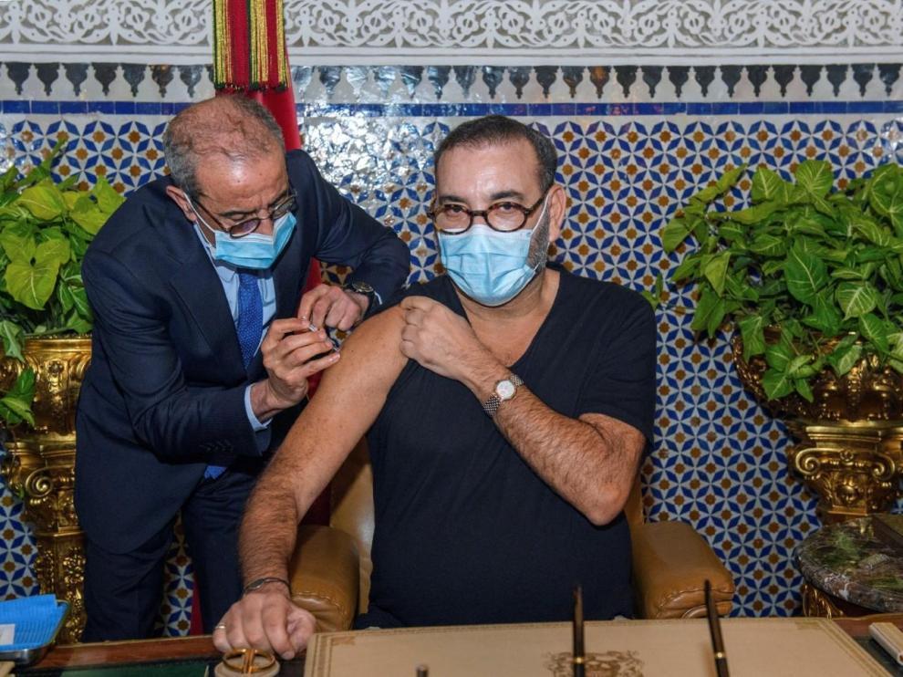 Mohamed VI de Marruecos recibió el jueves la primera vacuna contra coronavirus en el país.