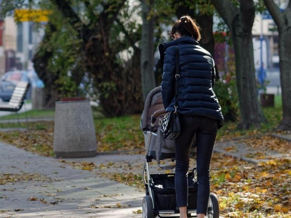 Una madre con el carrito del bebé