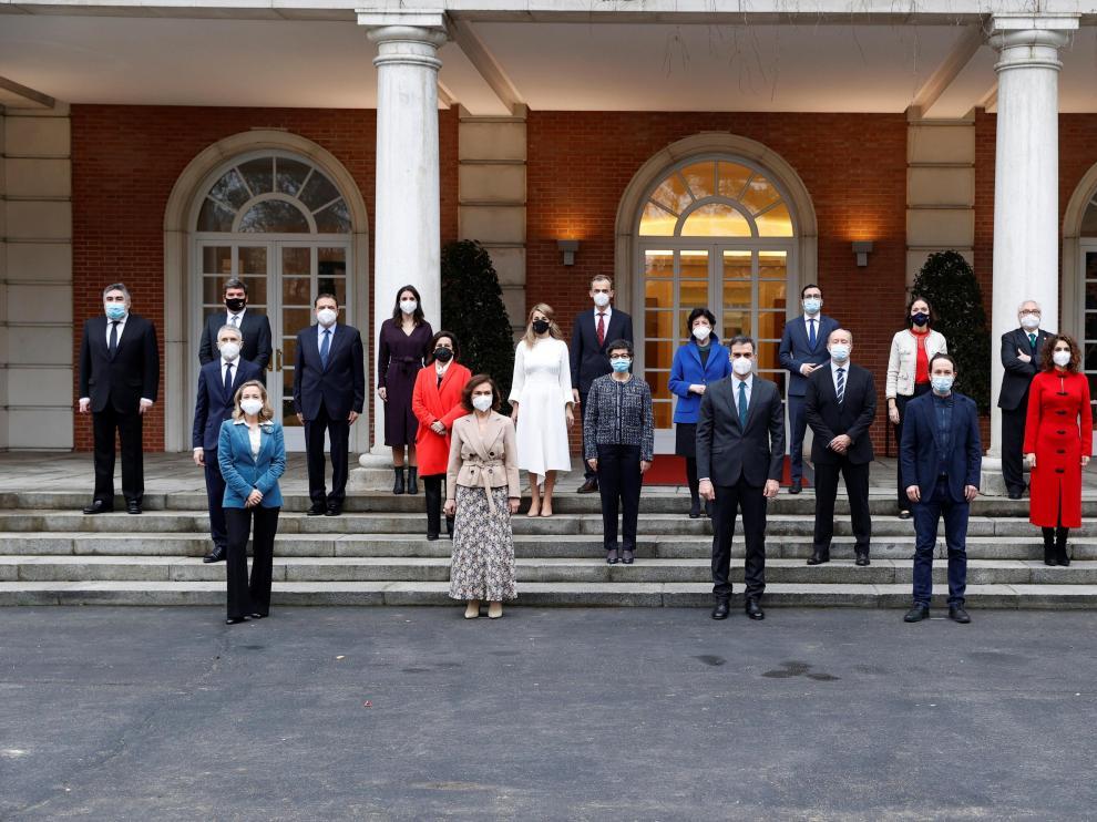 El Presidente Sánchez ha posado junto con sus 22 ministros en las escaleras del Congreso