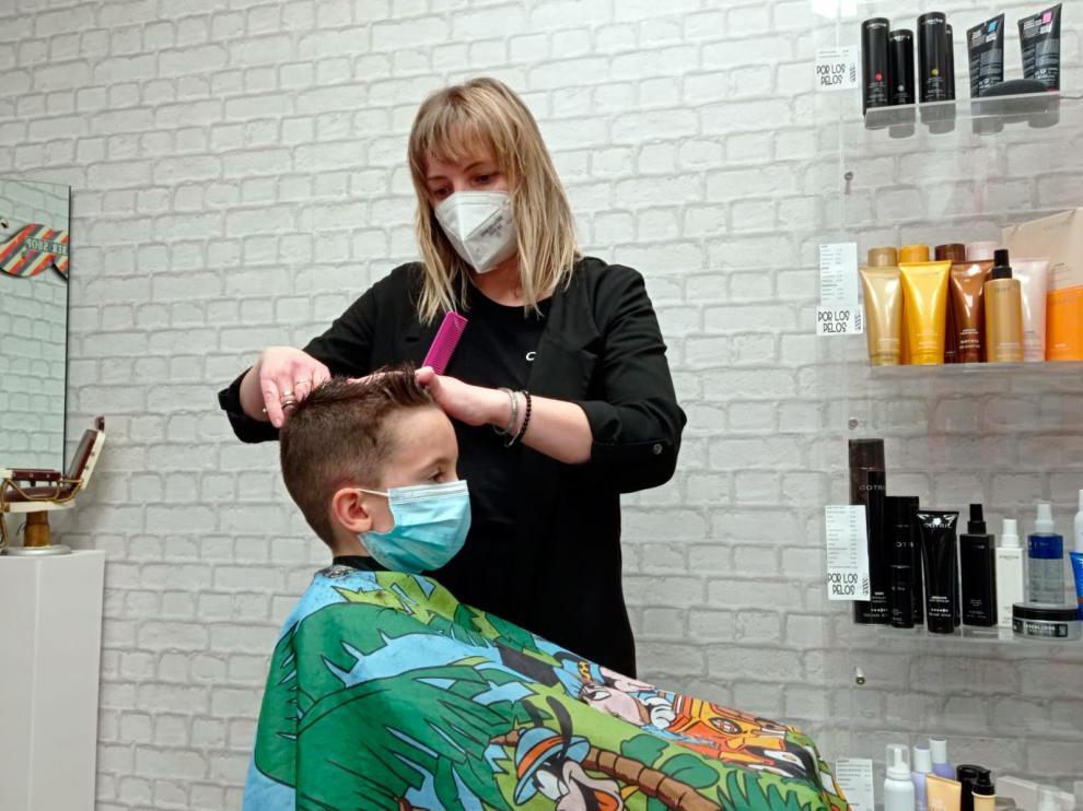 Elena Zardoya tiene la peluquería Por los Pelos, en Borja, desde hace 12 años.