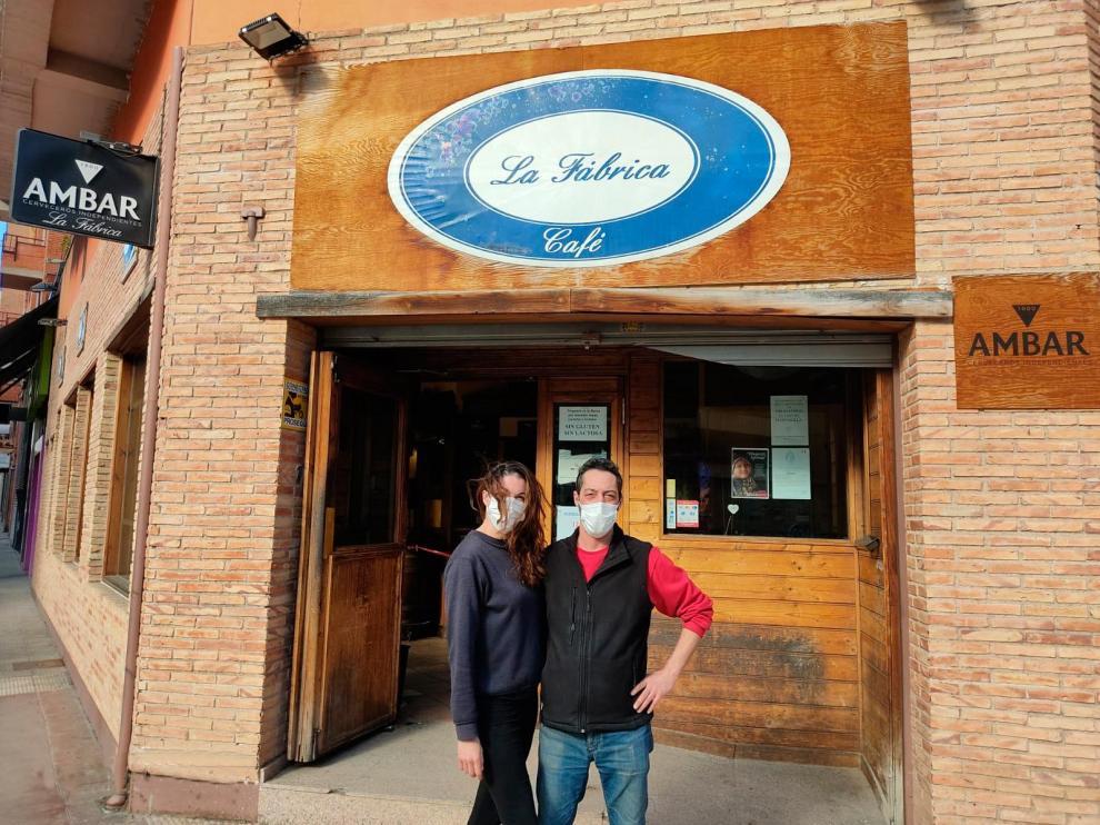 Estefanía y Diego aguantan al frente del bar La Fábrica, que regentan desde 2017 y cuyo traspaso aún están pagando.